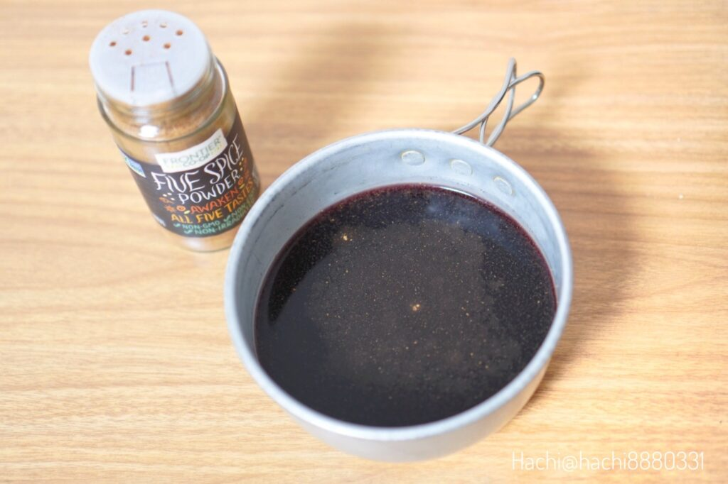 赤ワインにフロンティアナチュラルプロダクツ, 5種のスパイスパウダーを入れコッヘルで温める