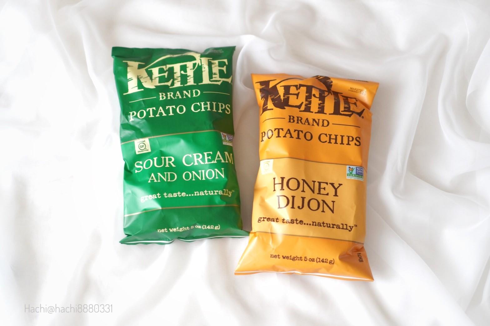 Kettle-Foodsのポテトチップスのハニーディジョンとサワークリーム&オニオン味を並べて