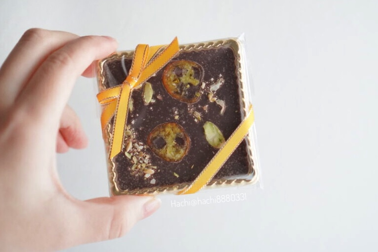 板チョコレートを手に持っている