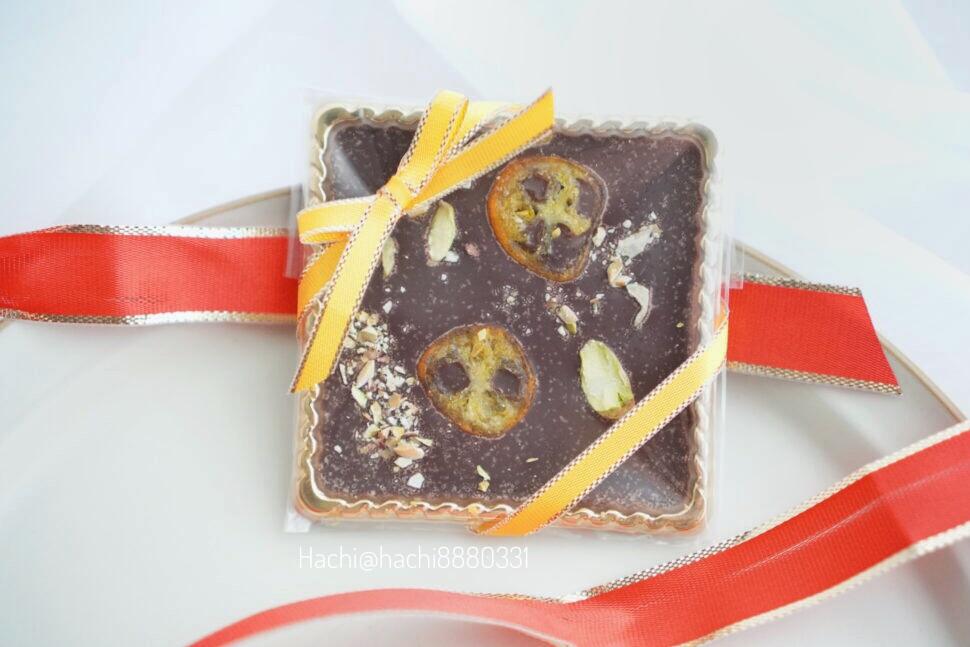 金柑、ピスタチオが乗ったマンディアンショコラという名前のチョコレート