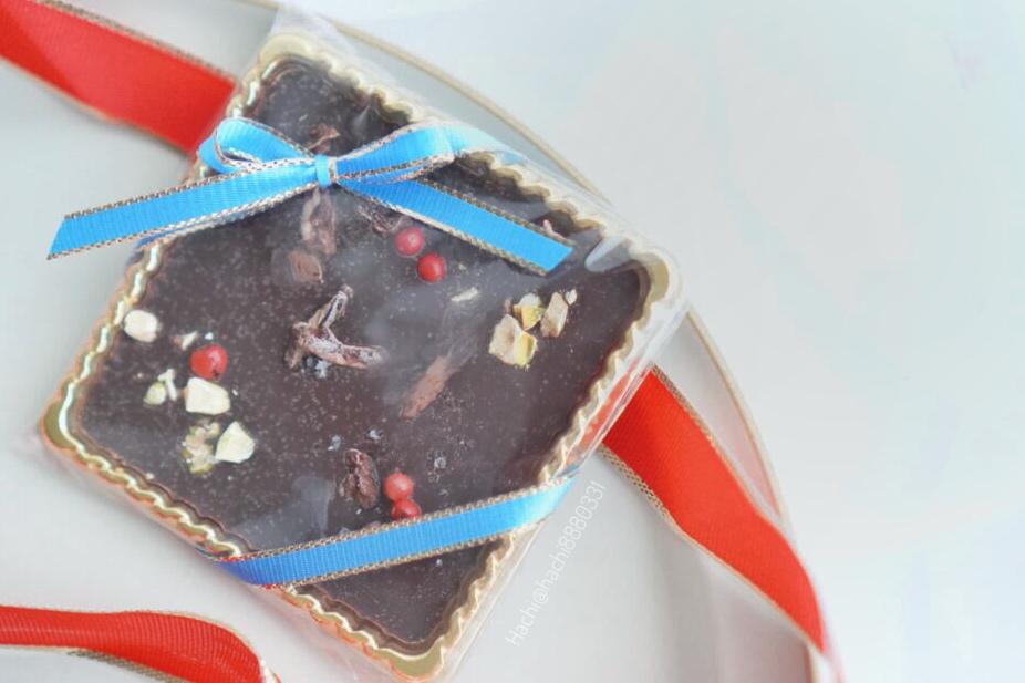 ピスタチオ、塩、ピンクペッパーが乗ったマンディアンショコラという名前のチョコレート