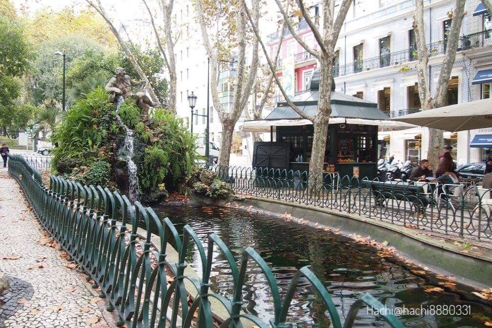 リスボンの街並みと川
