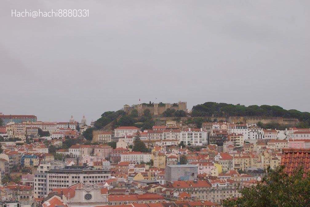 サン・ペドロ・デ・アルカンタラ展望台(Miradouro De Sao Pedro De Alcantara)から見えるサン・ジョルジェ城
