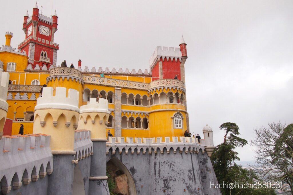 ペーナ宮殿の外観と観光客