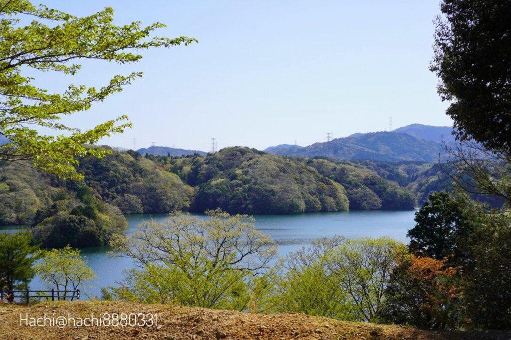 豊田湖畔キャンプ場のテントサイトAの15番からの景色