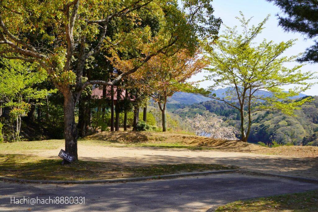 豊田湖畔キャンプ場のテントサイトAの15番